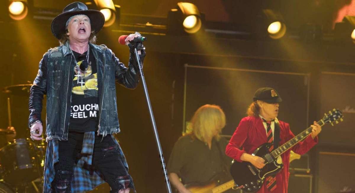 Axl Rose canta con il chitarrista degli AC DC