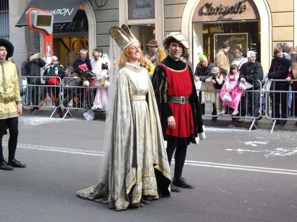 Due mascherati sfilano al Carnevale ambrosiano