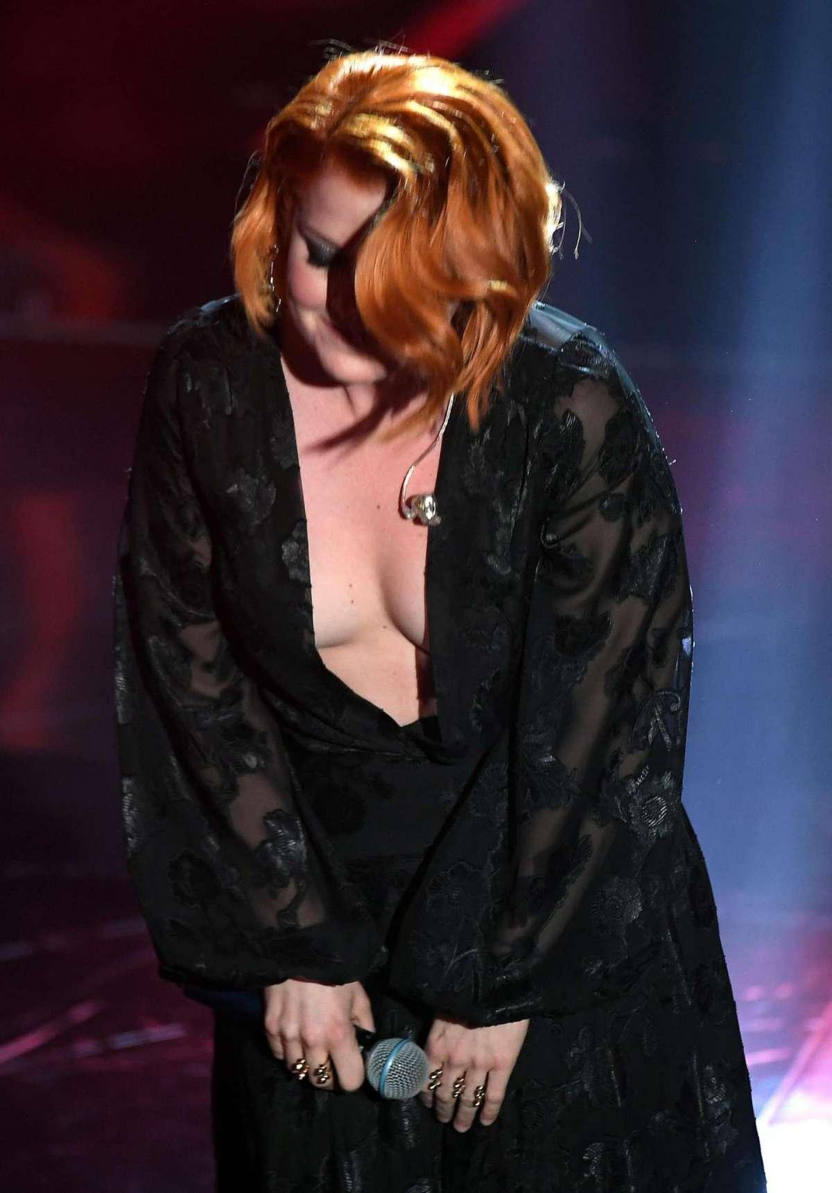Noemi indossa un abito scollato a Sanremo 2018