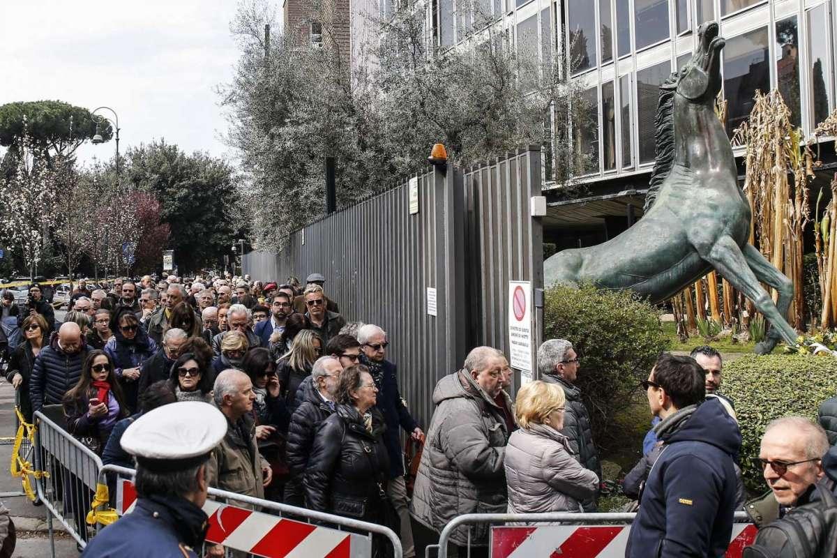 Una lunga fila per omaggiare Fabrizio Frizzi