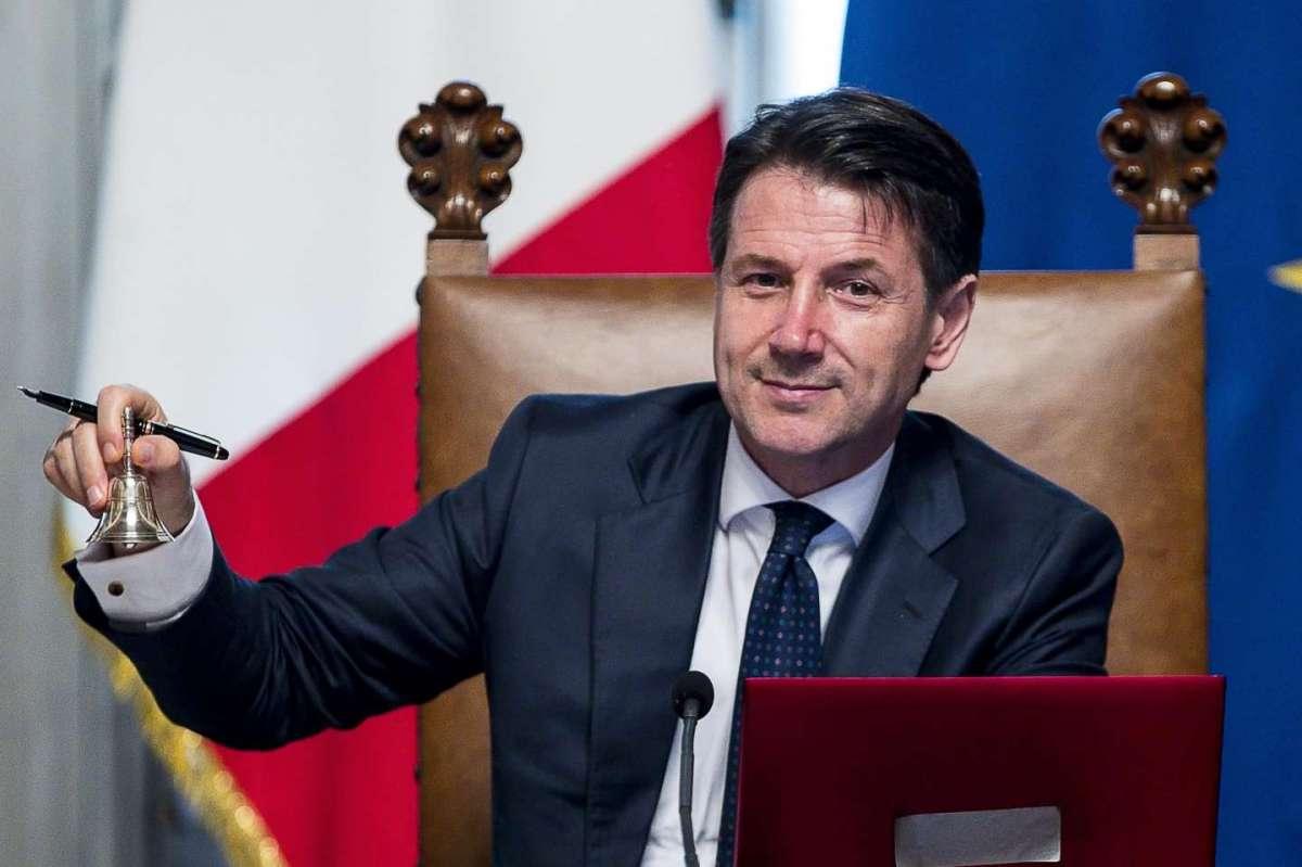 Giuseppe Conte apre il consiglio dei ministri