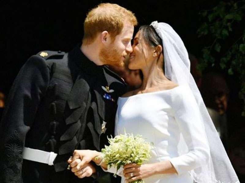 Harry e Meghan bacio dopo le nozze