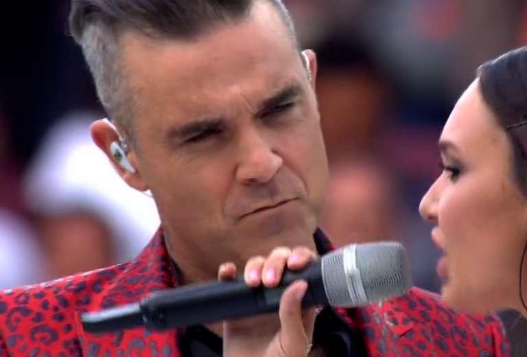 Cerimonia di apertura Mondiali 2018, Robbie Williams canta con Aida