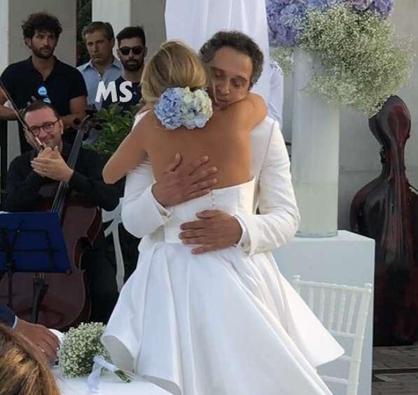 L'abbraccio di Claudio Santamaria e Francesca Barra dopo le nozze