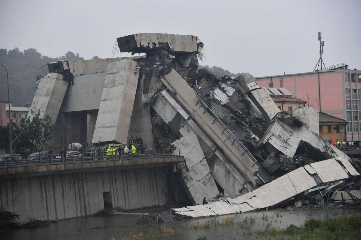 Crolla ponte su A10 a Genova