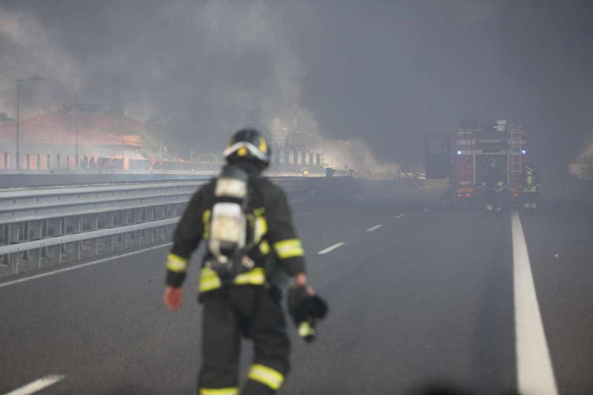 Vigili sulla A14 per domare l'incendio