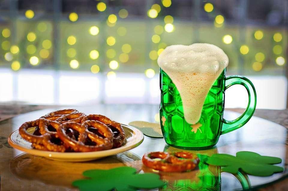 San Patrizio, immagine di birra verde e brezel